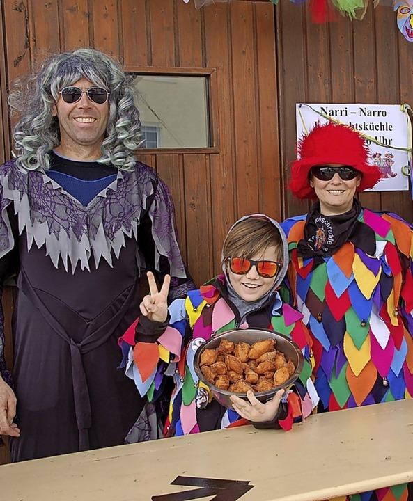 Fasnachtsküchli  gab's  bei Matthias, Moritz und Katrin Huber (von links).  | Foto: Petra Wunderle