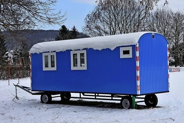 Blauer Bauwagen für Jugendliche