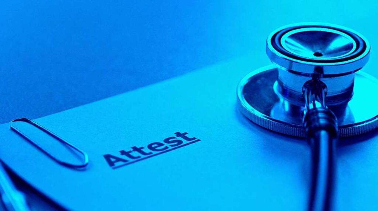 Der Zeller Hausarzt steht im Verdacht,...en-Schutz zu tragen, befreit zu haben.  | Foto: Martina Taylor / stock.adobe.com