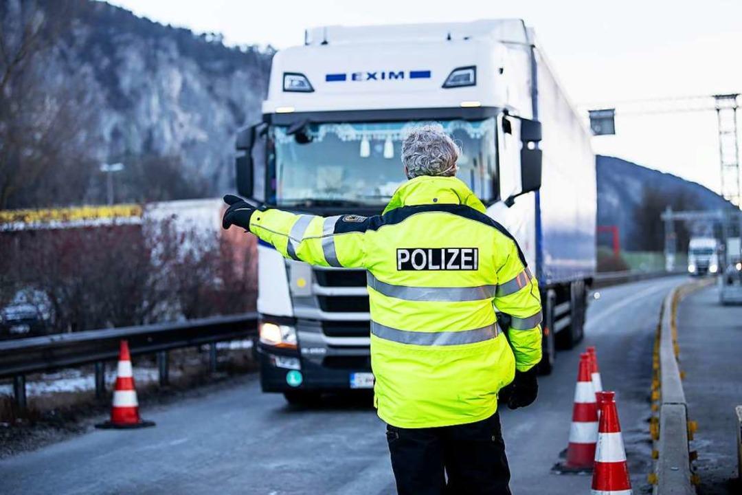 Ein Bundespolizist weist einen aus Öst...er Autobahn A93 in die Kontrollstelle.  | Foto: Matthias Balk (dpa)