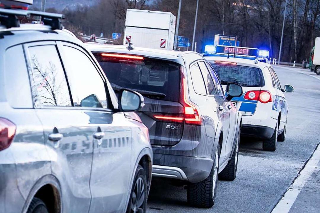 Grenzkontrollen sorgen für Staus.  | Foto: Matthias Balk (dpa)