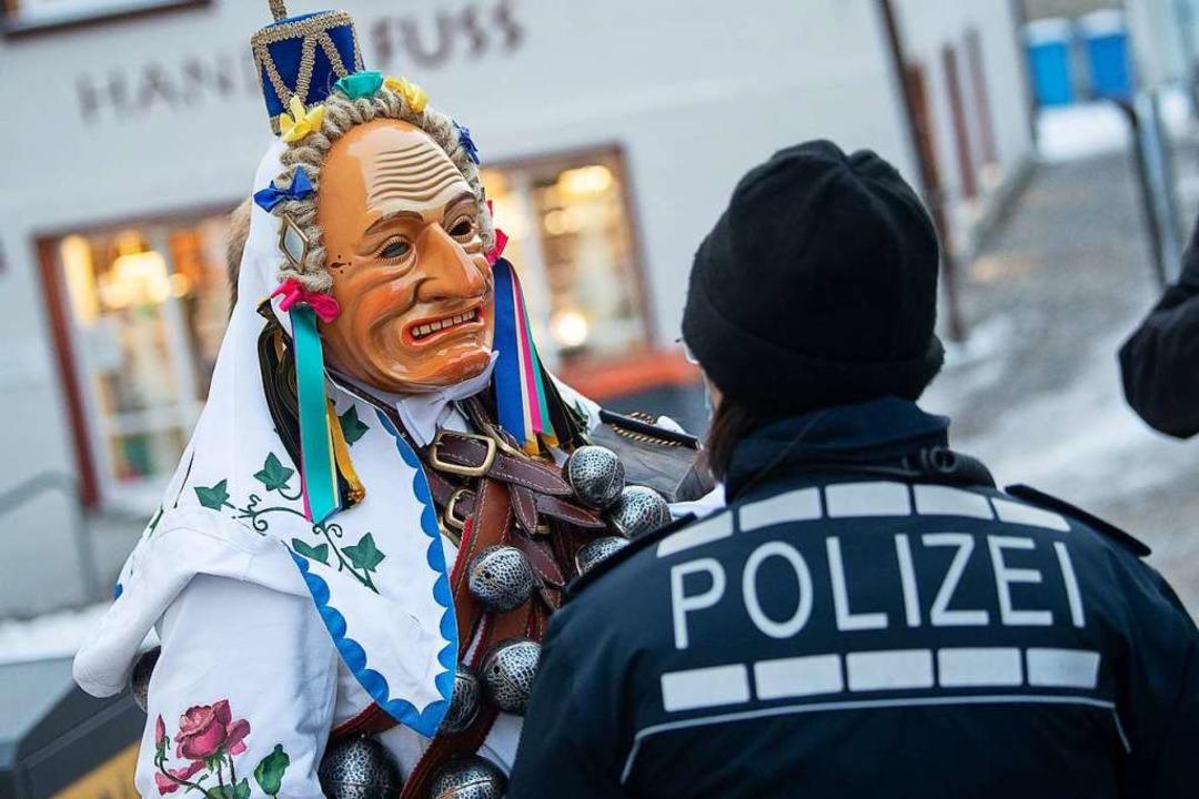 Ein Narr spricht am Fastnachtsmontag m...inige Narren waren trotzdem unterwegs.  | Foto: Sebastian Gollnow (dpa)