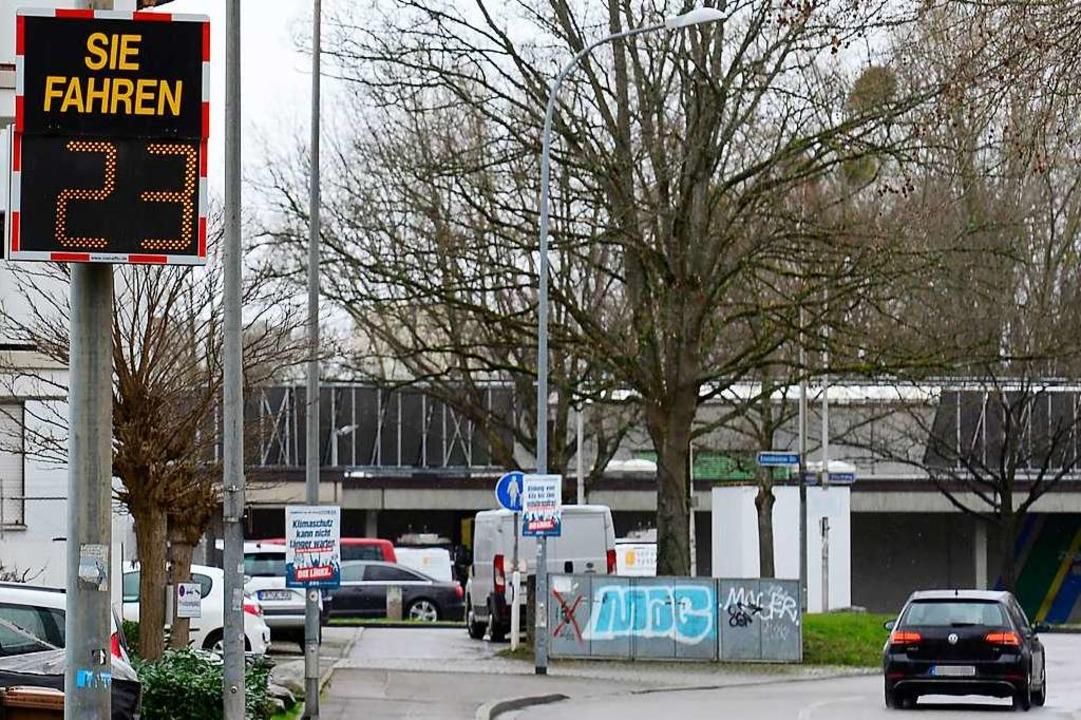 An der Falkenbergerstraße ist derzeit ...Geschwindigkeitsmesstafel installiert.    Foto: Ingo Schneider