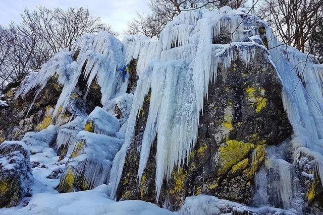 Eiskletterer erklimmen Felsen in Utzenfeld dank Minusgraden