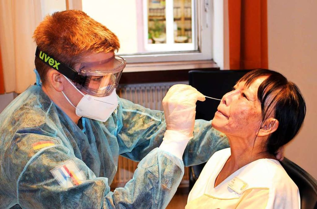 Feldwebel Konstantin Bayer testet eine Mitarbeiterin des Wichernhauses.    Foto: Evangelische Stadtmission Freiburg e.V.