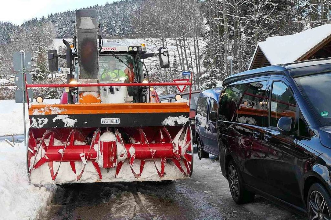 Der Schnee verkleinert die Fahrbahn in...erschärft die Gemengelage noch einmal.  | Foto: Privat