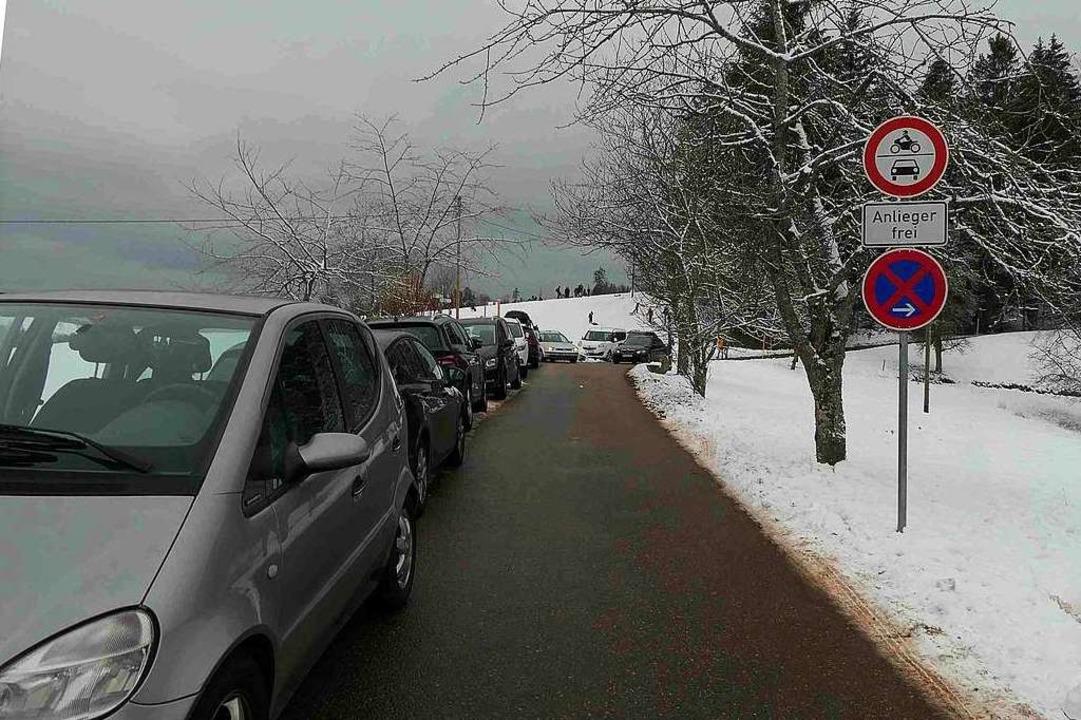 Zugeparkte Wege machen das Passieren von Rettungsfahrzeugen unmöglich.  | Foto: Privat