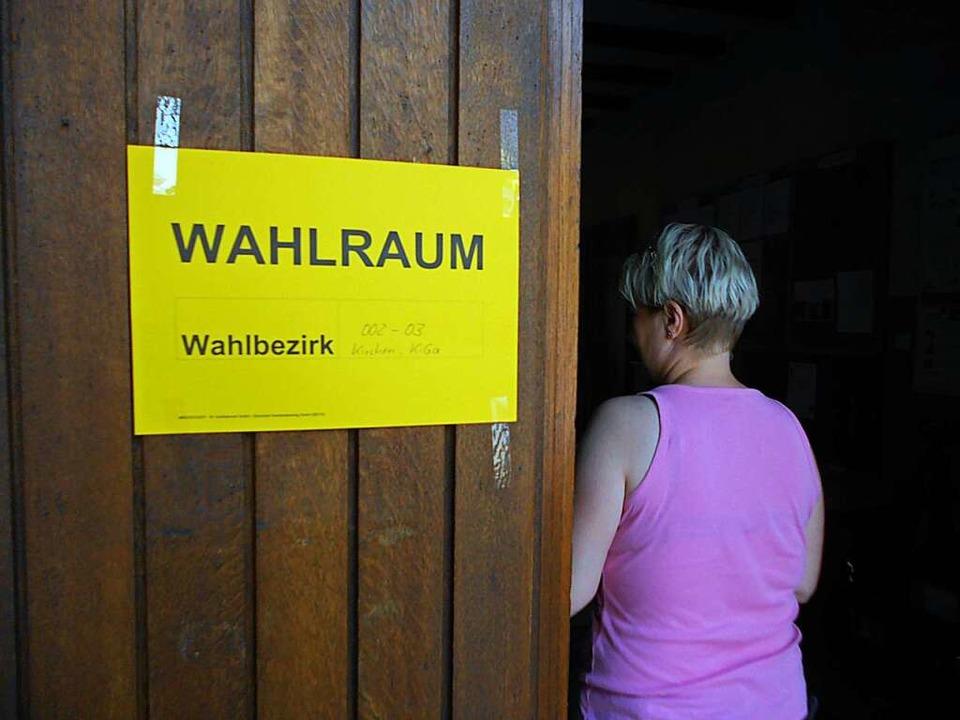 In allen Wahllokalen der Gemeinde Efri... dass Ein- und Ausgänge getrennt sind.    Foto: Victoria Langelott