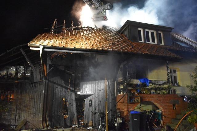 Feuerwehr hat keine Chance, das brennende Haus in Schopfheim-Wiechs zu retten