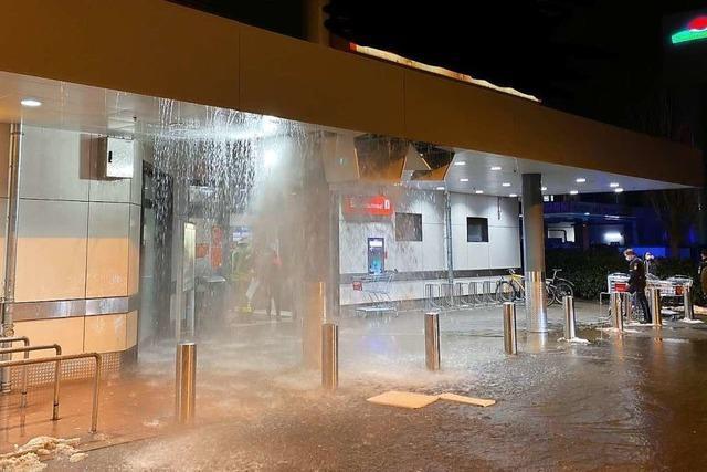 Offenburg: Wasserrohrbruch im Supermarktdach