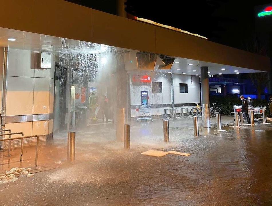 Ein Wasservorhang ergoss sich in den Eingangsbereich des Supermarkts.  | Foto: Blaulicht