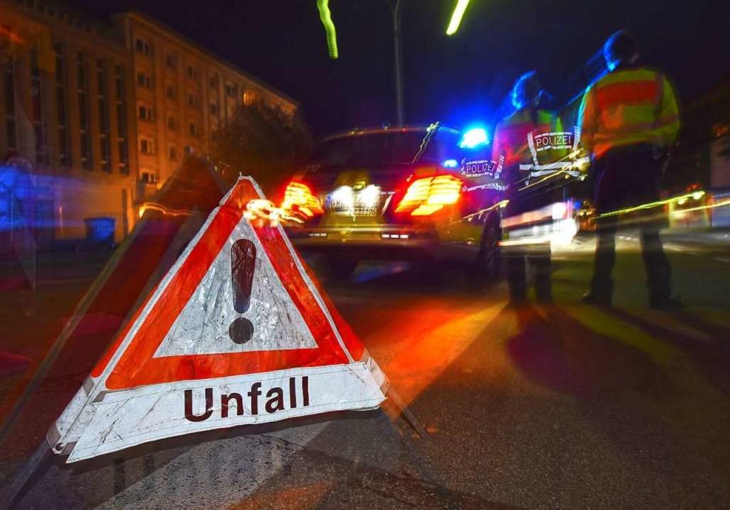 Polizisten bei der Unfallaufnahme (Symbolbild)    Foto: Patrick Seeger