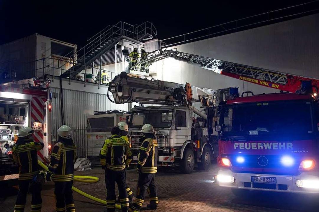 Ein Schwelbrand beim Müllheimer Untern...euerwehren aus Müllheim und Hügelheim.  | Foto: Volker Münch