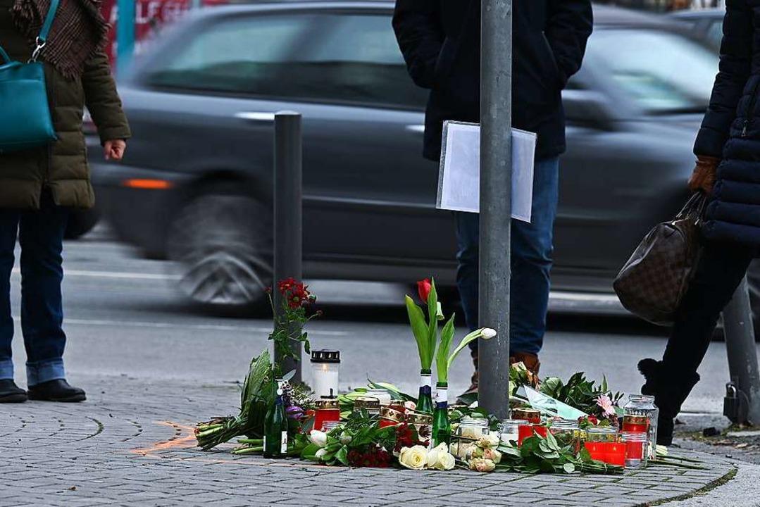 Blumen und Kerzen erinnern an die Opfer eines tödlichen Verkehrsunfalls.  | Foto: Arne Dedert (dpa)