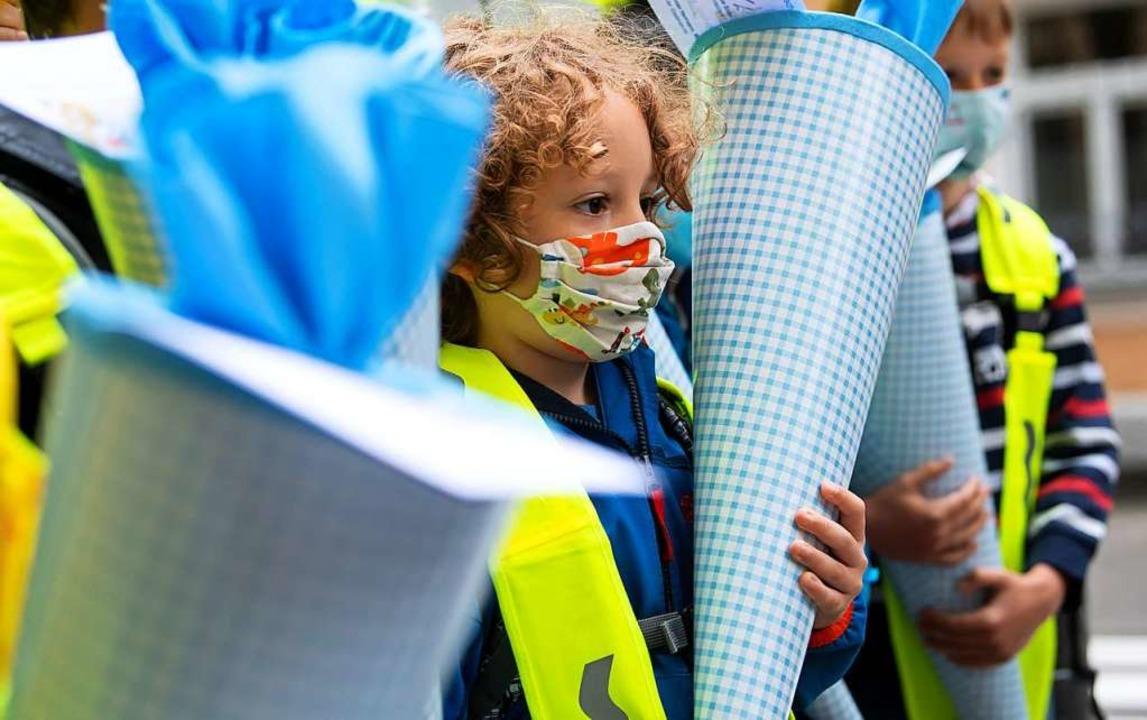 Für Erstklässler des Jahrgangs 2020/21...ltagsmaske, die Mund und Nase bedeckt.  | Foto: Sven Hoppe (dpa)
