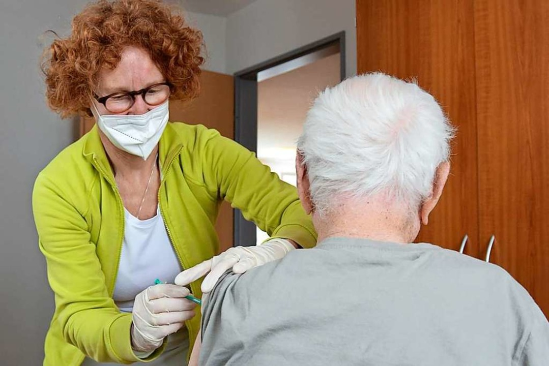 Ärztin Christina Hanser unterstützte das Impfteam aus Müllheim.  | Foto: Sophia Hesser