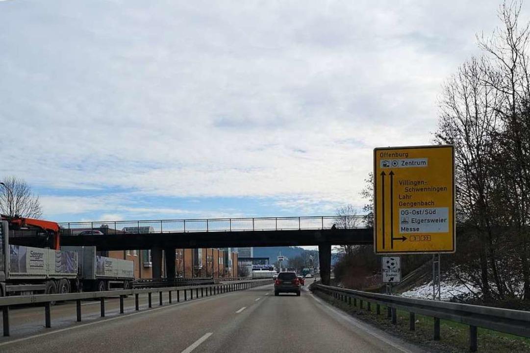 Die Fahrbahn der Wichernbrücke fällt w... zwei Monate für den Kraftverkehr aus.  | Foto: Ralf Burgmaier