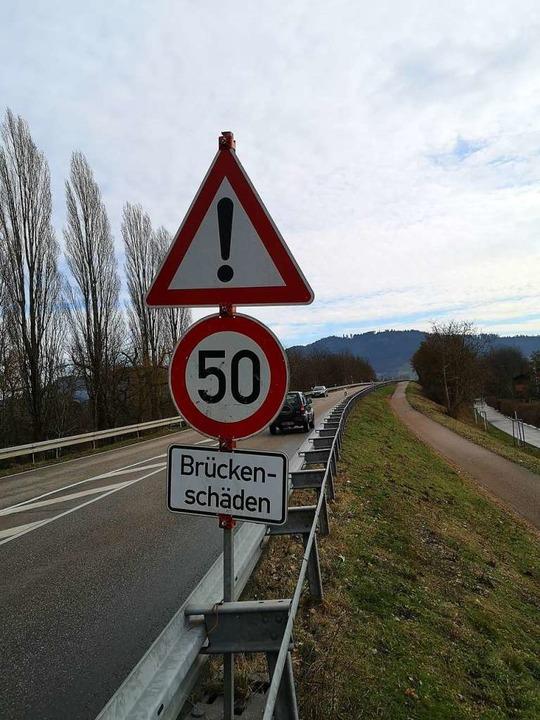 Auch die Schwarzwaldbrücke über die Schwarzwaldbahn ist ein Sanierungsfall.  | Foto: Ralf Burgmaier