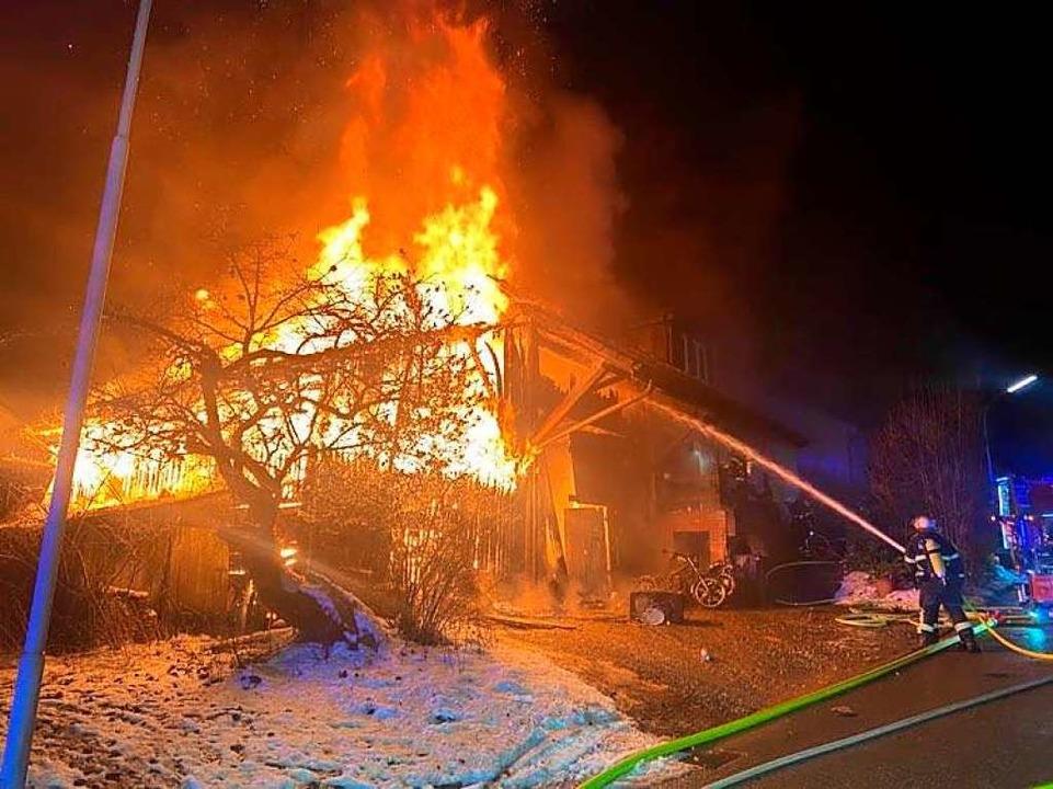 Bei einem Brand in Schopfheim-Wiechs v...d. Der Schaden liegt bei 750.000 Euro.  | Foto: Feuerwehr Schopfheim