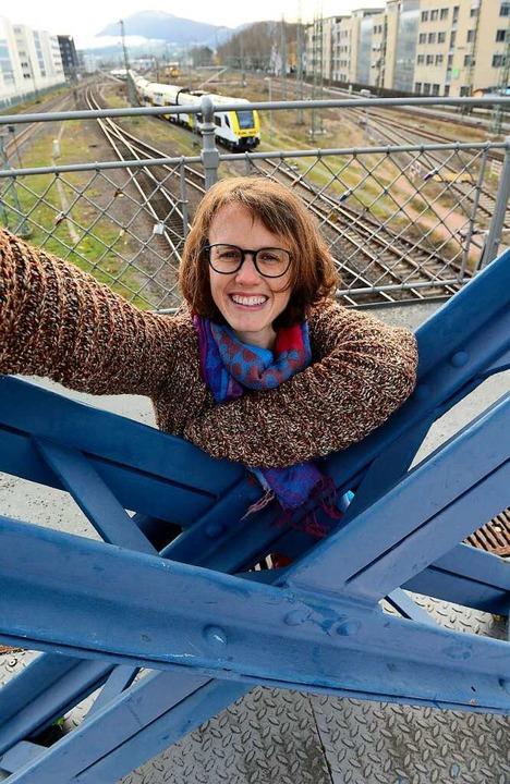 Marianne Schäfer blickt gerne von der Wiwili-Brücke herab auf Freiburg.  | Foto: Ingo Schneider