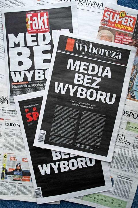 Protest gegen die Steuerwillkür der Re... polnischer Zeitungen blieben schwarz.  | Foto: WOJTEK RADWANSKI (AfP9