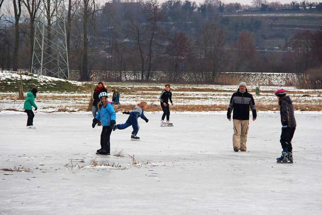 Eislaufvergnügen auf den zugefrorene Wiesen im Gewann See bei Eichstetten  | Foto: Horst David