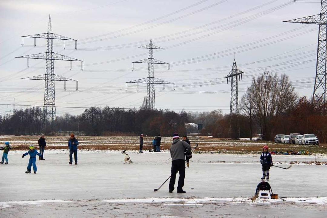 Sogar Eishockey wurden auf den  zugefr...m Gewann See bei Eichstetten gespielt.  | Foto: Horst David