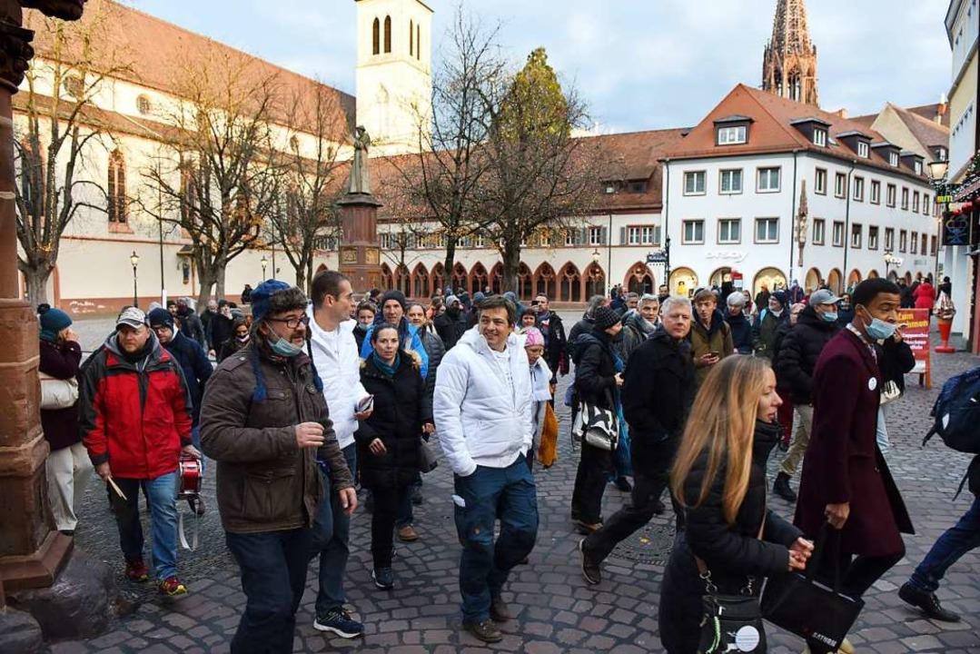 Querdenker-Demonstration am 19. Dezemb...iator Michael Ballweg (Mitte, in Weiß)  | Foto: Rita Eggstein