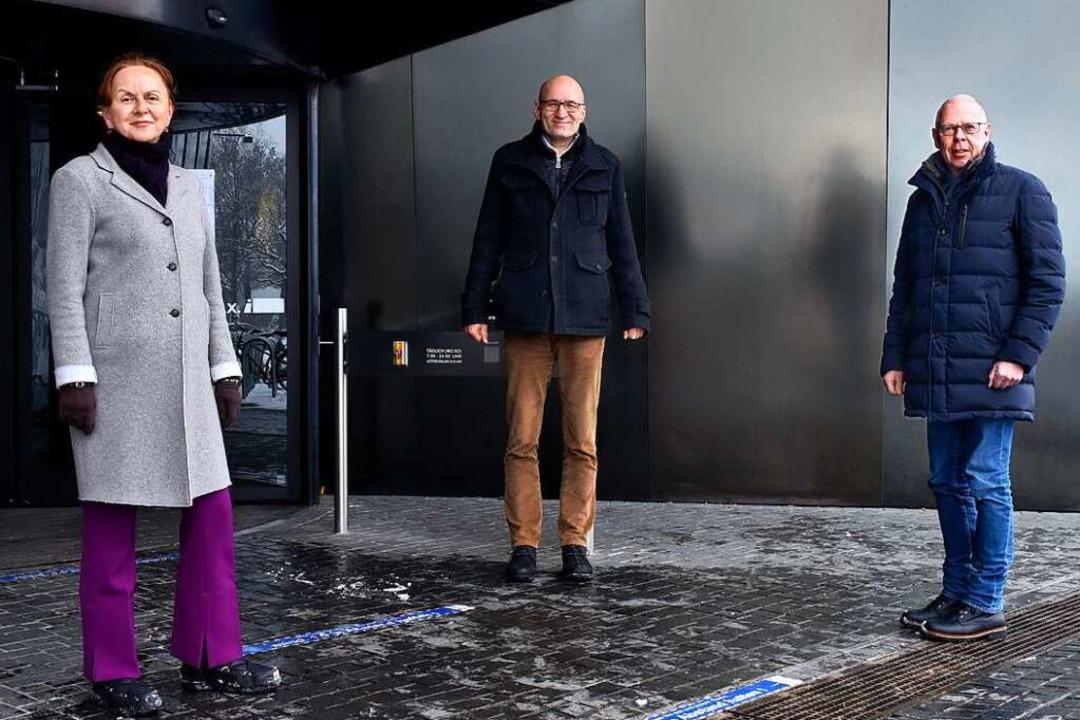 Frederike Zahm, Andreas Bechthold und ...em Eingang der Universitätsbibliothek.  | Foto: Thomas Kunz