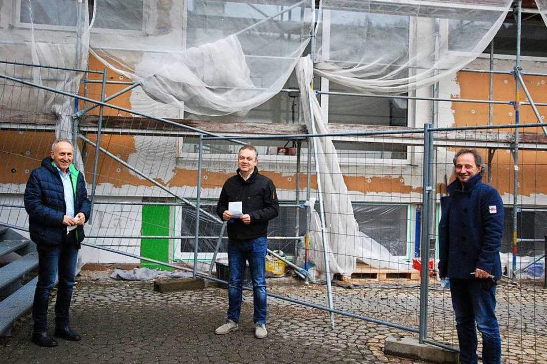 Bürgermeister Urban Singler (von links..., die energetisch saniert werden soll.  | Foto: Dorothea Scherle
