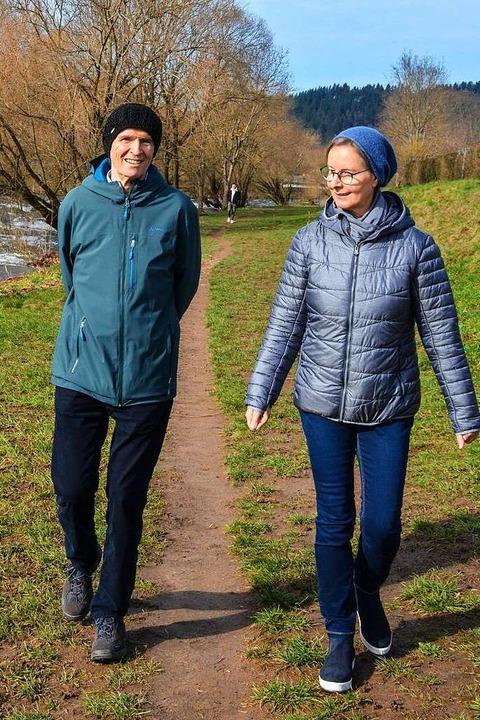 Klemens und Bettina spazieren  an der Dreisam.  | Foto: Gabriele Hennike