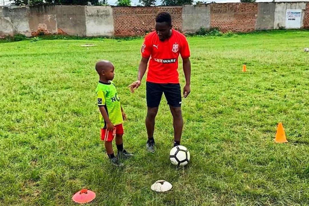Spaß an der Arbeit mit Kindern in seiner Heimat: Emily Mugeta    Foto: privat