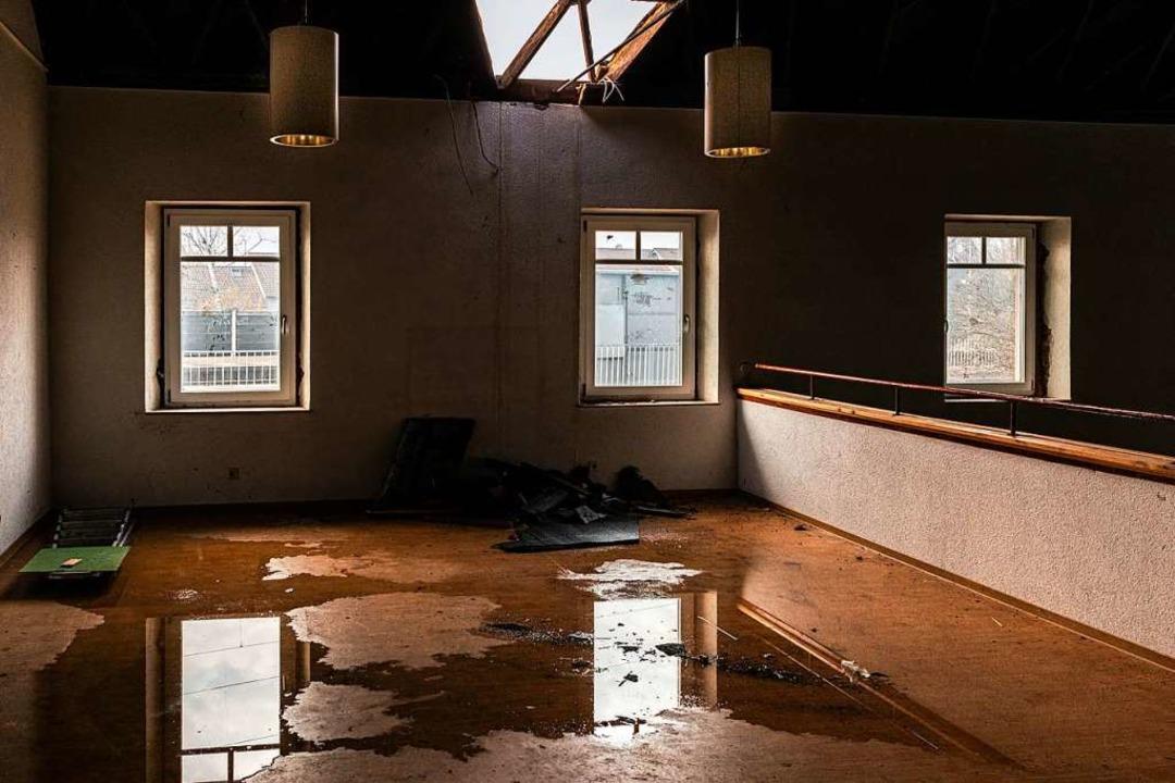 Ein Loch in der Kasettendecke des groß...ntsprechend auf dem Boden die  Pfützen  | Foto: Hubert Gemmert