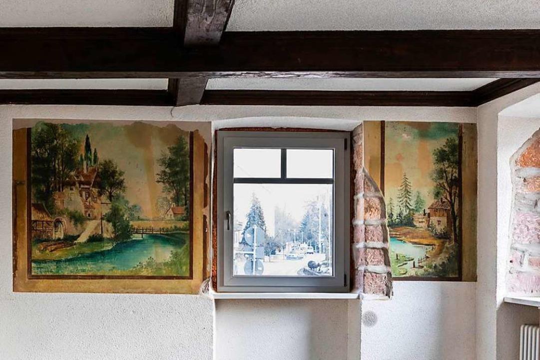 Nebenzimmer mit Wappen und Gemälden auf den Wänden  | Foto: Hubert Gemmert