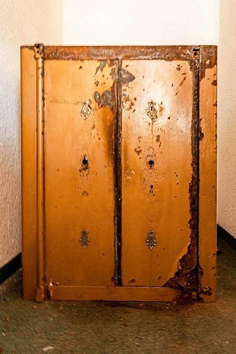 Im Keller steht ein Tresor, der schon bessere Zeiten gesehen hat.  | Foto: Hubert Gemmert