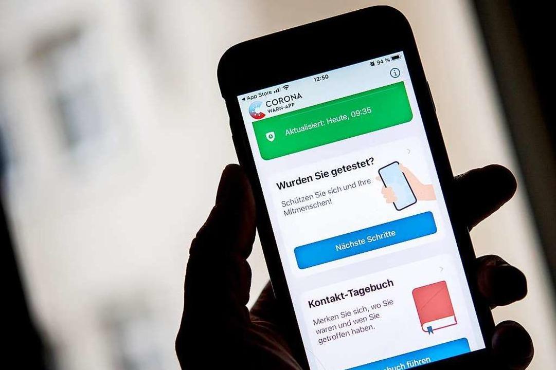 Ist die deutsche Corona-Warn-App bald kompatibel mit der Schweizer App?  | Foto: Zacharie Scheurer (dpa)