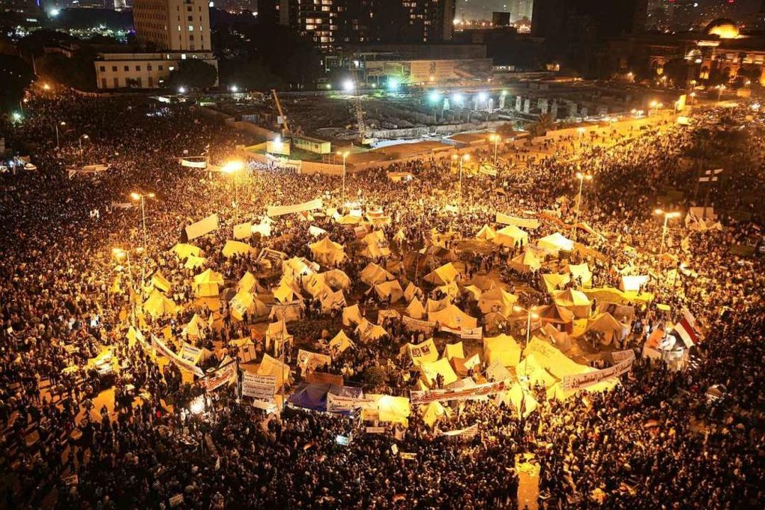 Bevor die Panzer anrückten: Tausende p...er 2012 auf dem Tahrir-Platz in Kairo.  | Foto: Andre Pain