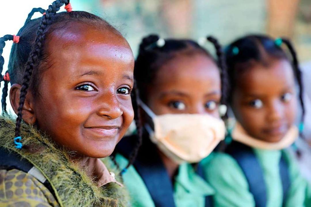 Schülerinnen in Khartum (Sudan) gehen ...gt werden, um die Pandemie zu beenden.  | Foto: Mohamed Khidir (dpa)