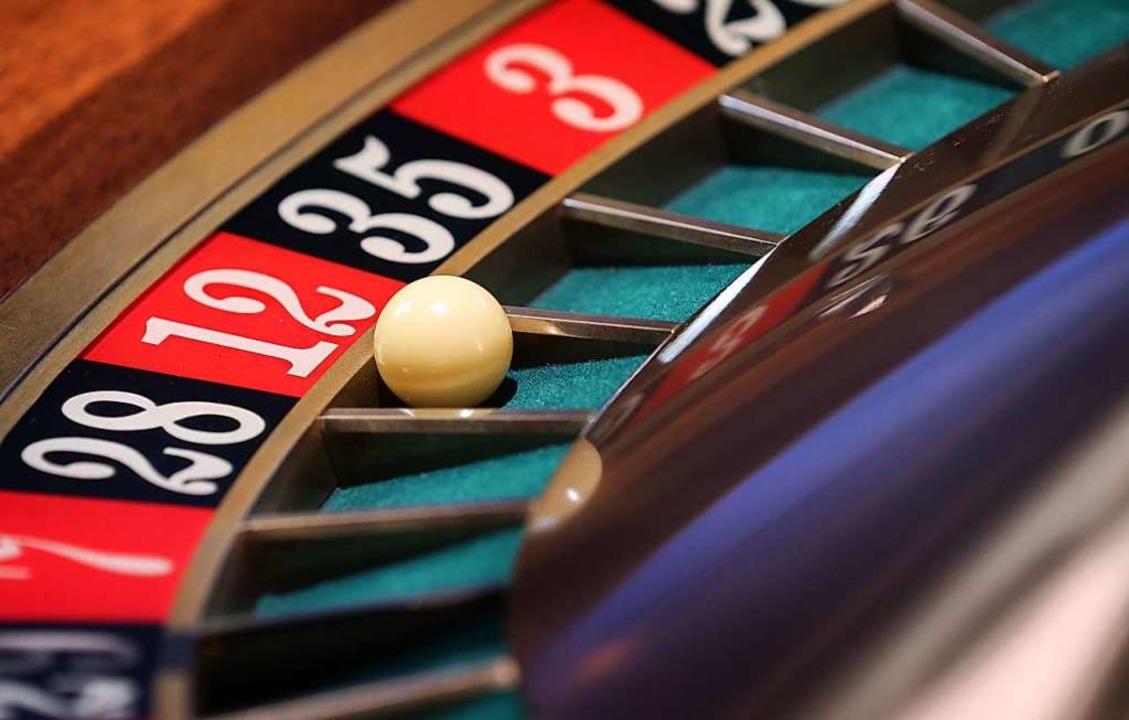 Die meisten Menschen im Casino spielen Roulette.    Foto: Karl-Josef Hildenbrand
