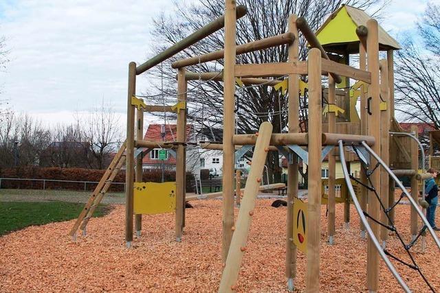 Der Spielplatz an der Schönbergschule hat neue Spielgeräte