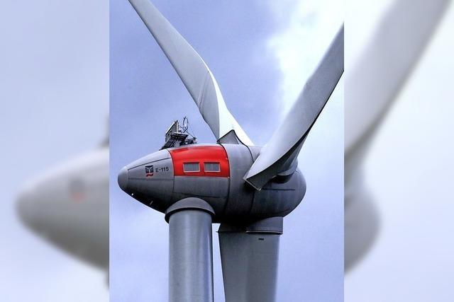 Die Windkraftanlage liegt über dem Plan