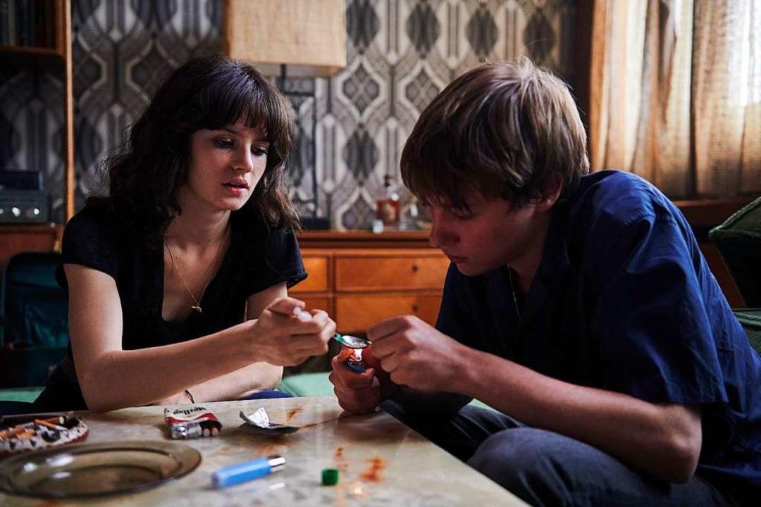 Jana McKinnon (Christiane) könnte mit ...tuzzi) den nächsten Schuss Heroin vor.  | Foto: Mike Kraus / Soap Images / mike@