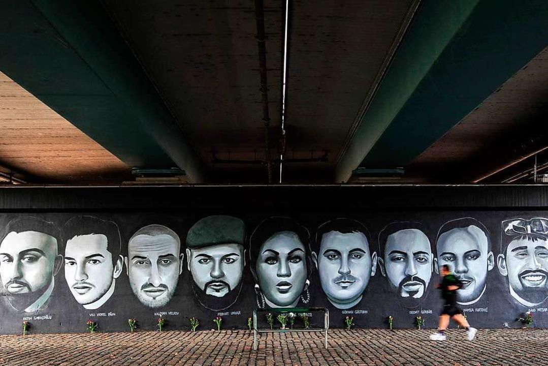 Ein Gemälde unter der Frankfurter Frie...der neun Opfer der Anschläge in Hanau.    Foto: ARMANDO BABANI (AFP)