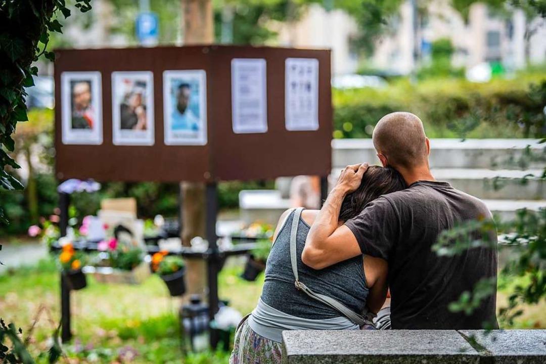 Menschen trauern im vergangenen Sommer im Hanauer Stadtteil Kesselstadt.    Foto: Boris Roessler (dpa)