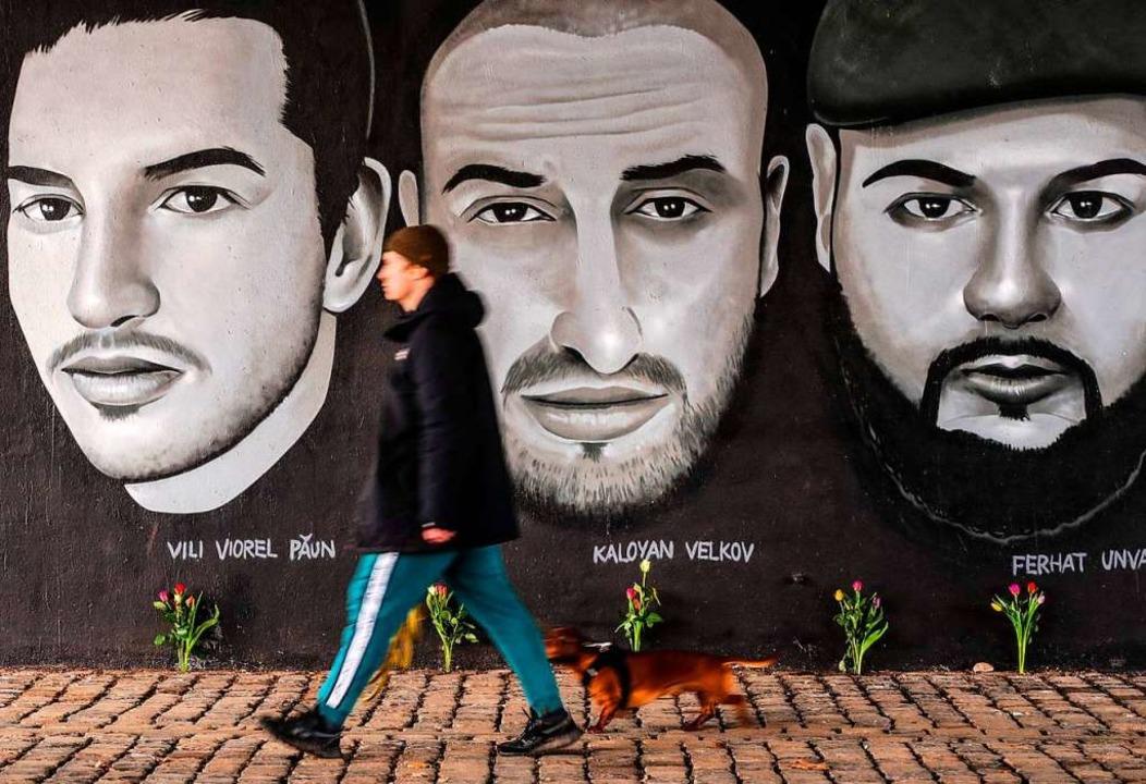 Ein Gemälde unter der Frankfurter Frie...von neun Opfer der Anschläge in Hanau.  | Foto: ARMANDO BABANI (AFP)