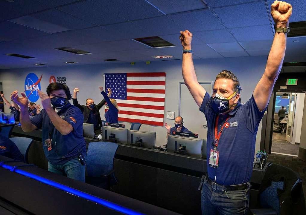 Mitarbeiter des Perseverance-Rover-Tea...erfolgreich auf dem Mars gelandet ist.  | Foto: Bill Ingalls (dpa)