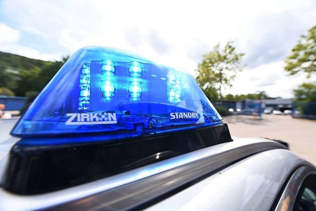 Die Polizei hat die Straße zwischen Präg und Bernau gesperrt.  | Foto: Jonas Hirt