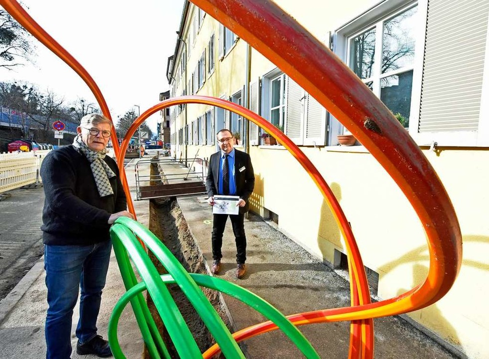 Bernhard Ginter und Saša Vujinovi...hren für Glasfaser in der Kandelstraße  | Foto: Michael Bamberger