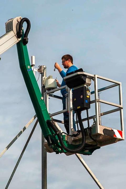 Ein Techniker bei der Montage der Kamera  | Foto: Olaf Michel