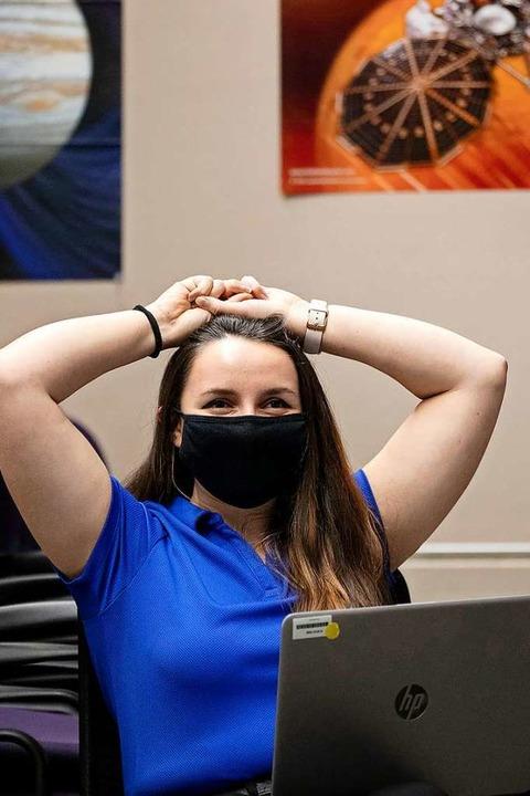 Ingenieurin Sierra Gonzales schaut sic...Campus die Übertragung der Landung an.  | Foto: Chancey Bush (dpa)